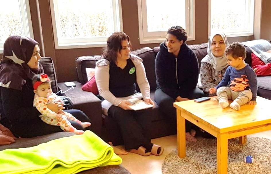 Kulturtolken Salwa pratar med mammor